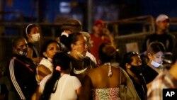 Familiares de reclusos esperan noticias fuera de la penitenciaría Litoral luego de un motín, en Guayaquil, Ecuador, el martes 28 de septiembre de 2021.