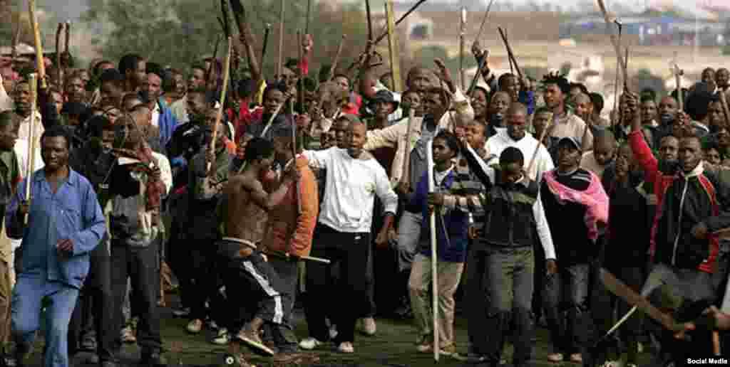 Manifestantes se reunem com armas improvisadas