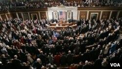 El margen de quienes culpan a los legisladores, demócratas y republicanos, es mucho mayor.