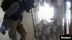 Stručnjak za hemijsko oružje sa gas maskom pregleda jedan od lokaliteta na kojima je korišćeno hemijsko oružje, Damask, Sirija