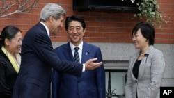 El secretario de Estado, John Kerry, saluda al premier japonés, Shinzo Abe, y su esposa Akie, en frente de su residencia en el barrio de Beacon Hill, en Boston.