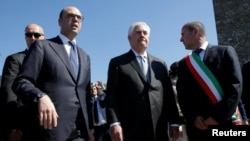 10일 이탈리아를 방문한 틸러슨 미국 국무장관(가운데)이 다른 G7 장관들과 함께 토스카나 시의 기념관에서 제2차 세계 대전 당시 나치 정권 희생자들 기리는 시간을 가졌다.