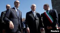 Госсекретарь США Рекс Тиллерсон (в центре) и министр иностранных дел Италии Анджелино Альфано (слева). Италия. 10 апреля 2017 г.