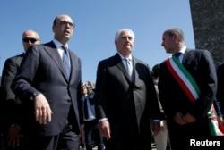 렉스 틸러슨(가운데) 미 국무장관이 10일 주요7개국(G7) 외교장관 회의 일정에 앞서 안젤리노 알파노(왼쪽) 이탈리아 외무장관과 함께 이탈리아 현지 나치 학살 희생자 추모행사장에 입장하고 있다.
