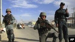 Cảnh sát Afghanistan canh gác tại một chốt kiểm soát ở Kabul