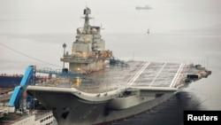 """资料照:停泊在大连港的中国第一艘航空母舰""""辽宁号"""""""