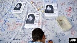 Một bé trai ký tên trong kiến nghị, của 1 ủy ban ở London chống hình phạt tử hình bằng cách ném đá, yêu cầu bãi bỏ hình phạt này và trả tự do cho bà Ashtiani