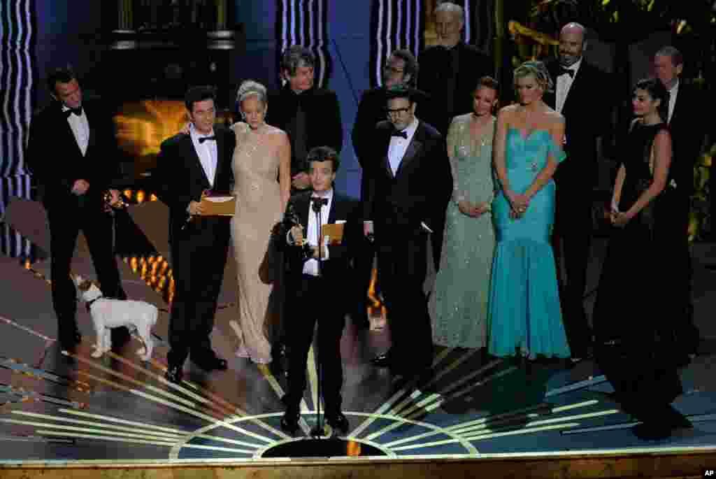 """Продуцентот Томас Лангман по прифаќањето на Оскарот за најдобар филм за """"Артист"""". (AP)"""