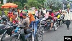 Para penyandang cacat di Surabaya melakukan konvoi motor yang sudah dimodifikasi, menuntut pemberian SIM D bagi mereka (4/12).