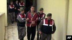 Turski policajci vode Muvafaku Alabaša i Asema Alfrada