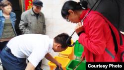 2019年7月,陈立雯在江西东阳乡检查垃圾分类。 (中国零废弃村庄创始人陈立雯提供)