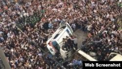 蒼南縣數千民眾將打人城管圍困在車中(微博圖片)