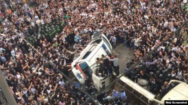 苍南县数千民众将打人城管围困在车中(微博图片)