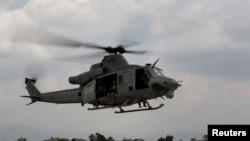 Helikopter UH-1Y Huey terbang ke Bandar Udara Internasional Tribhuvan di Kathmandu.