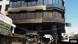 Foto dari kantor berita Suriah ini memperlihatkan salah satu pojokan kota Latakia yang hancur dibakar dalam demonstrasi.