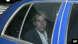 جان هینکی جونیور، که در سال ۱۹۸۱ به رونالد ریگان رئیس جمهوری وقت آمریکا حمله کرده بود، در حال انتقال به دادگاه - ۱۸ نوامبر ۲۰۰۳