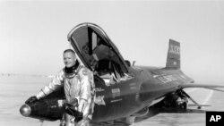 Neil Armstrong à côté d'un avion X-15.
