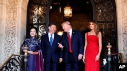 美国总统川普和夫人同中国国家主席习近平和夫人在佛罗里达州海湖庄园厅堂前合影(2017年4月6日)