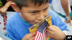 La medida permitirá que muchos padres de niños ciudadanos estadounidenses obtengan documentos de trabajo.