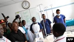 Le président tanzanien John Pombe Magufuli s'entretient avec le personnel médical et les victimes de l'explosion du pétrolier Morogoro, à l'hôpital national Muhimbili de Dar es Salaam, le 11 août 2019. (AFP)