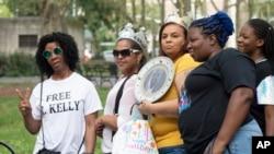 Simpatizantes del intérprete de R&B R. Kelly llegan a la corte federal de Brooklyn el viernes 2 de agosto de 2019, en Nueva York.