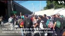 Nueva caravana de salvadoreños atraviesa el boulevard Oscar Romero en Chalchuapa, El Salvador, en su camino hacia la frontera con Guatemala, a tres horas de la pequeña ciudad.