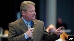 El senador estatal de Virginia Bill Stanley, condado de R-Franklin, habla durante un debate sobre el proyecto de ley de abolición de la pena de muerte en la sesión del Senado en el Museo de Ciencias de Virginia en Richmond, el 22 de febrero de 2021.