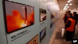 Foto-foto peluncuran misil Korea Utara dipamerkan di Pos Pengawasan Unifikasi di Paju, Korea Selatan dekat perbatasan dengan Korea Utara, 13 Desember 2019.