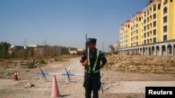 Umupolisi w'umushinwa urinze abayisilamu b'Aba-Uighur mu kizu bateranirijwemo