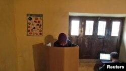 Seorang peserta pemilih tengah memilih di sebum TPS di negara bagian Jammu dan Kashmir di Dangarpora (25/11).