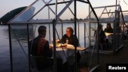 """2020年5月5日荷兰阿姆斯特丹一家餐厅试验""""检疫温室""""中安全用餐。"""