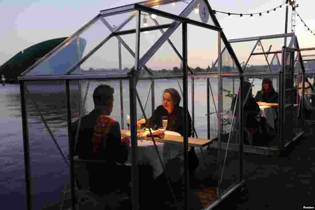 نیدر لینڈ میں ساحل کے قریب واقع ہوٹلز کی انتظامیہ نے شیشے کے کمپارٹمنٹ بنا دیے ہیں جہاں لوگ الگ تھلگ ہو کر آرام سے کھانا نوش کر سکتے ہیں۔