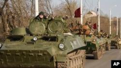 Đoàn xe của phiến quân thân Nga ở Stakhanov, miền đông Ukraine