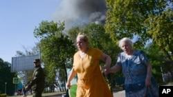 乌克兰顿涅斯克城的居民在炮击中逃散