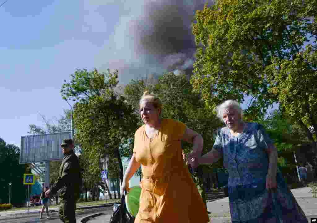 Donetsk sakinləri qumbara hücumlarından qaçır - 27 avqust. 2014