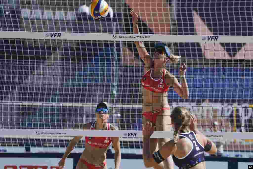 بازیکن آلمان در حال ضربه، در بازی تیم والیبال ساحلی زنان این کشور مقابل فنلاند در مسابقات والیبال ساحلی مردان و زنان قهرمان اروپا در مسکو.
