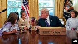 Presiden AS Donald Trump merayakan Halloween di Gedung Putih bersama anak-anak yang diundang, 27 Oktober tahun lalu (foto: dok).