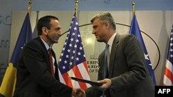 Pomoćnik američkog državnog sekretara, Filip Gordon i predsednik vlade Kosova, Hašim Tači se rukuju u Prištini posle potpisivanja Memoranduma o razumevanju za pomoć reformi kosovskog obrazovanja, 16. jun 2011.