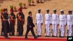 越南总理阮晋勇在新德里的印度总统府前检阅仪仗队 (2014年10月28日)