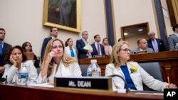 Женщины-члены Конгресса США: Вероника Эскобар, Дэбби Мукарсэл-Поуэр и Мэделин Дин (архивное фото)