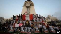 Para demonstran memprotes kandidat presiden Keiko Fujimori di Plaza San Martin di pusat kota Lima, Peru (31/5). (AP/Martin Mejia)