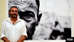 Greg Constantine, wartawan foto AS (VOA/Munarsih Sahana)