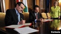 El alcalde de Washington Vincent Gray, izquierda, y el gobernador de Brasilia,Agnelo Queiroz firman el acuerdo de ciudades hermanas. [Foto: Gobierno de DC].