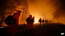 美国消防队员8月25日前往优胜美地国家公园灭火