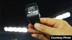 Jam wasit terhubungkan langsung dengan 'mata elektronik' di garis gawang. (Michael Regan/FIFA via Getty Images)