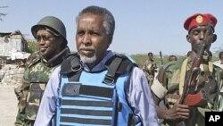 Waziri wa mambo ya ndani wa Somalia, Abdi Shakur Sheikh Hassan (katikati) akisindikizwa na wanajeshi mjini Mogadishu.