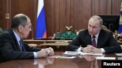 Yayin da shugaba Putin (dama) ke tattaunawa da ministan harkokin wajen Rasha, Sergie Lavrov (hagu)