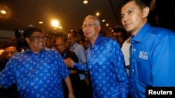 PM Malaysia Najib Razak (tengah) setelah penutupan TPS di Kuala Lumpur (5/5). Koalisi Barisan Nasional pimpinan Razak kembali menang pemilu parlemen di Malaysia.