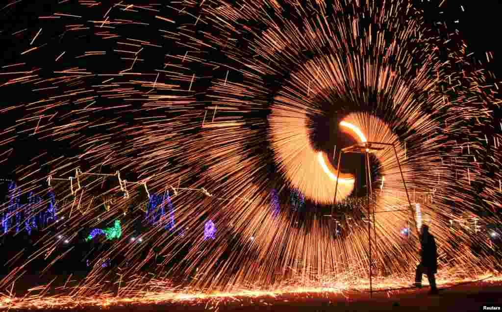 在河南安阳,民俗艺术家表演铁水金花,庆祝元宵节(2017年2月11日)。中国元宵节,也叫灯节,英文是 Lantern Festival (灯笼节)。有些国家也有自己的灯节,不在中国的正月。本图集展示今年以及过去几年的有关图片。