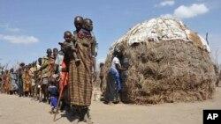 肯尼亞貧困人民排隊等候領食物。(資料照)
